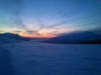 Kvaløya, rett før sola står opp etter vinterdvalen.